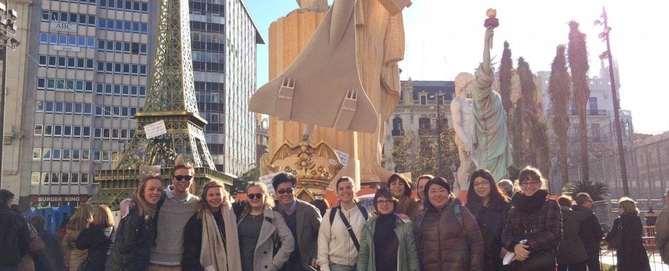 Estudiantes de Route 66 Idiomas delante de la Falla del Ayuntamiento de Valencia
